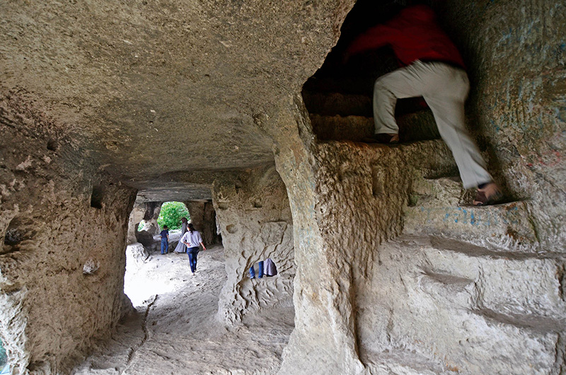 İnceğiz'deki mağara kireçli kaya kütlesinin kolayca oyulabilen bir özelliğe sahip olmasından ötürü insanlar tarafından rahatlıkla kullanılabilen doğal yapılar olmuştur. Arkeologlar bunların İS 4-5'inci yüzyıllardan 14. yüzyıla kadar kullanıldığını düşünüyorlar.
