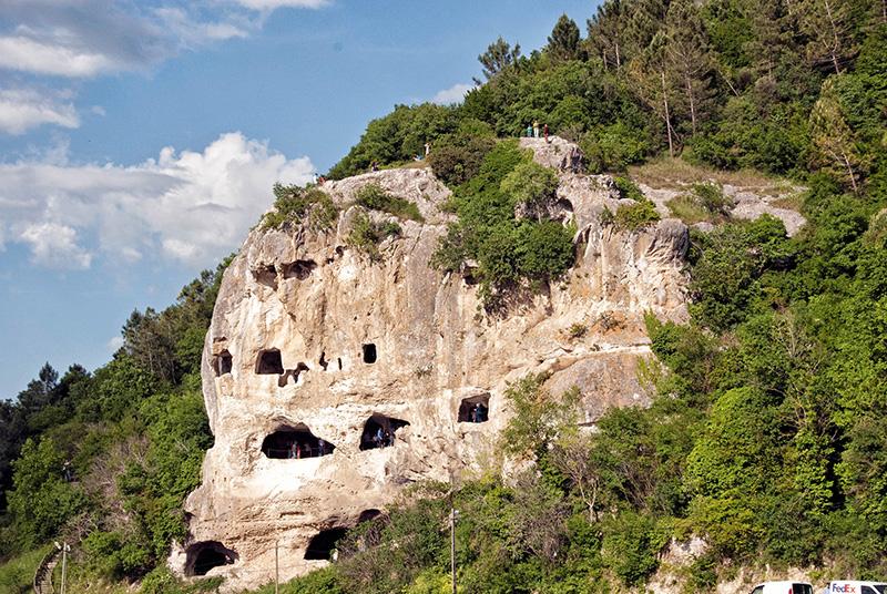 Çatalca'nın kuzeybatısındaki İnceğiz Köyü yakınlarında, Karasu Deresi'nin oluşturduğu derin vadi içinde yer alan, insan eliyle oluşturulmuş üç katlı Bizans Manastır Mağaraları ve Kaya Kiliseleri bilim dünyası tarafından 1950'li yıllarda keşfedildi.