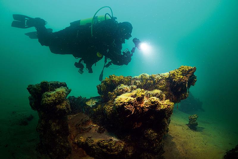 Dalış ekibi, Van Gölü'nün sodalı sularındaki mikrobiyalitleri de inceledi.