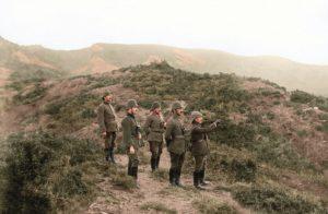 Abdurrahman Bayırı'nda komutanlar dürbünle muharebe sahasını gözlüyor ( | Atlas |
