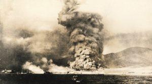 Breslau ve Goeben gemileri tarafından bombardımana uğrayan Rusya'daki Novorossisk kıyıları yanarken   Atlas  
