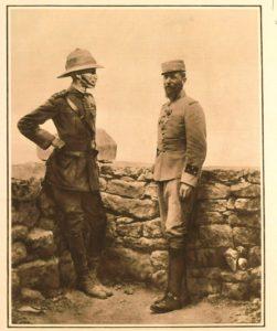 L'Illustration dergisinin 10 Temmuz 1915 tarihli sayısının kapağında yer alan fotoğrafta, Gelibolu'daki İtilaf ordusu komutanı General Ian Hamilton ile Fransız birliklerinin komutanı General Gouraud, Seddülbahir'de görülüyor.   Atlas  